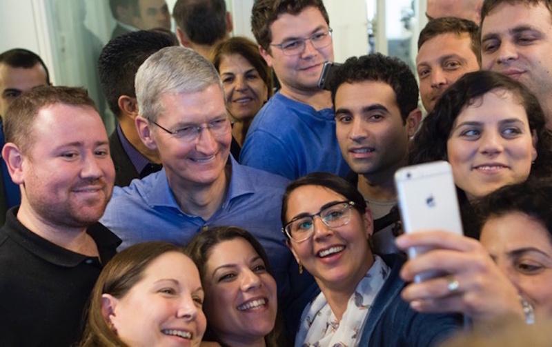 Tẩy chay Apple, Donald Trump đang dùng smartphone hãng nào?