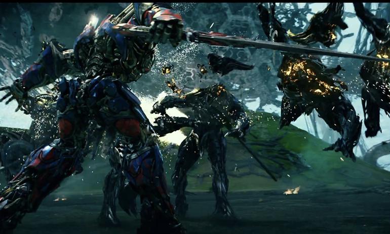 """Cận cảnh Bumblebee """"tan rã thành từng mảnh"""" trong trailer mới của Transformers 5."""