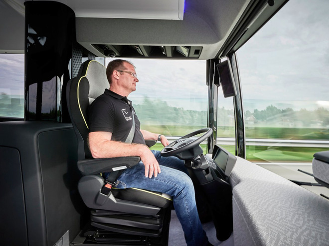 """Mê mẩn với nhiều tính năng thú vị của """"siêu xe"""" bus Mercedes."""